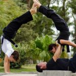 Akrobatik im Park als Pyramide